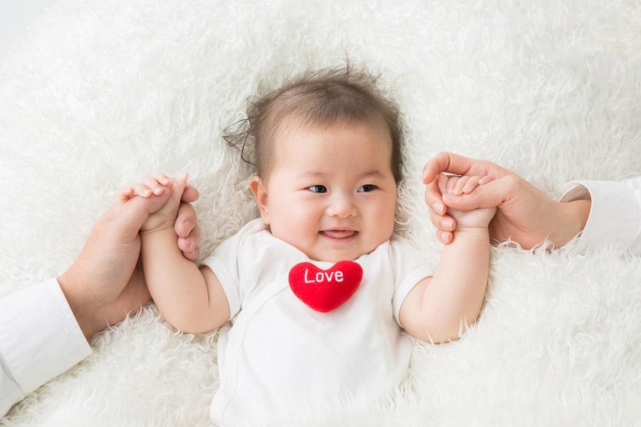 ウチの子、飲み過ぎ?新生児&乳児の母乳やミルクの量の目安
